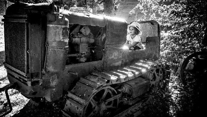 niña en tractor viejo quiero hacer arte sin complicarme la vida la fotografia es mi pasion