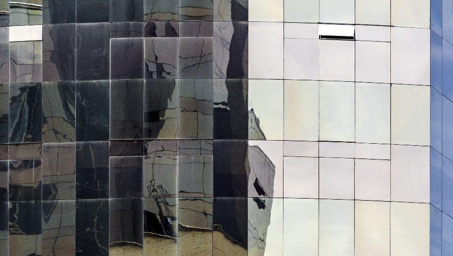 fachada de ventanas reflejan oscuro y claro