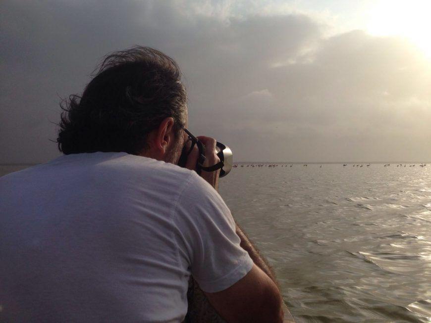 Xisco Fuster fotógrafo sacando fotos a los flamencos rosas en Colombia