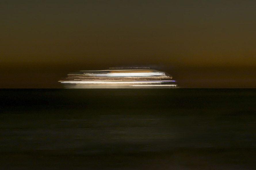 Trasatlántico movido en el horizonte nocturno