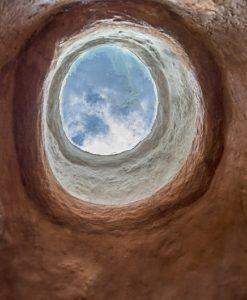claraboya de cerámica con el cielo azul de fondo
