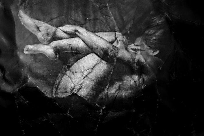 fotografia blanco y negro con mujer recogida en posicion fetal. copyraight Xisco Fuster