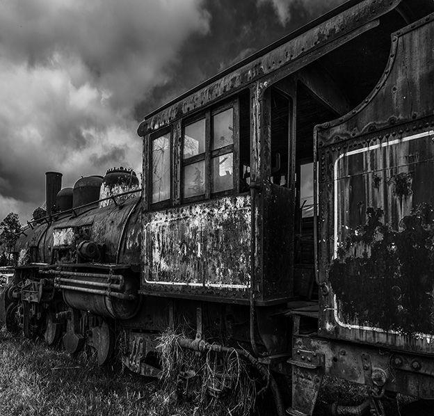 locomotora antigua abandonada fotografía en blanco y negro
