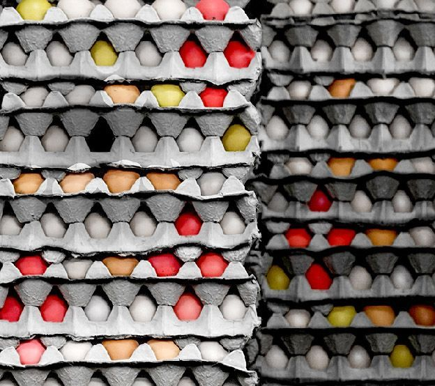 Pila de huevos de gallina pintados de color en un mercado