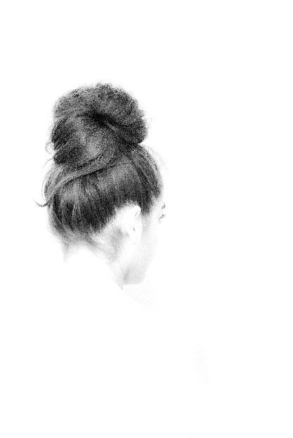 Peinado con moño elegante en foto en clave alta