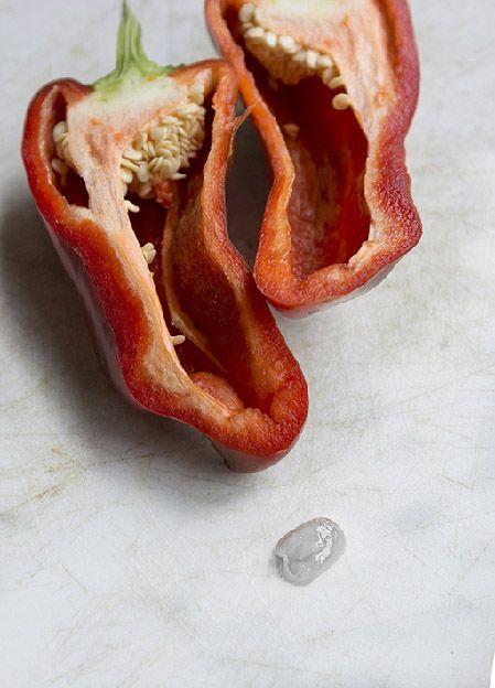 Fotografía artística dos mitades de pimiento rojo con gota blanca