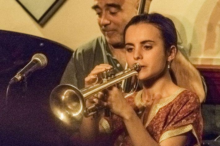 andrea motis soplando la trompeta xisco fuster fotografo diferente