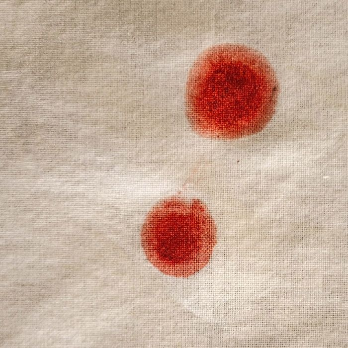 Fotografía artística. dos manchas de pintura roja sobre un lienzo crudo