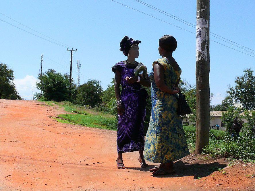 street photography africanas hablando xisco fuster fotografo