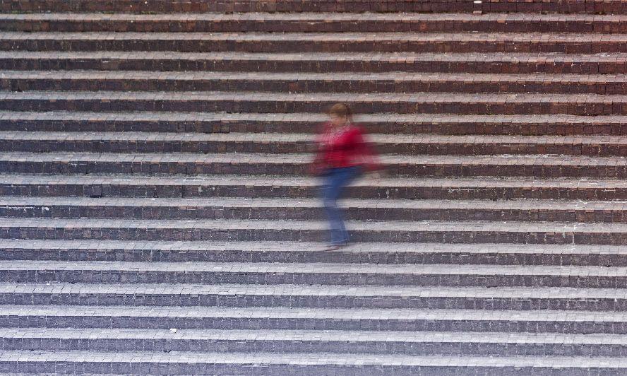 street photography mujer escaleras xisco fuster fotografo