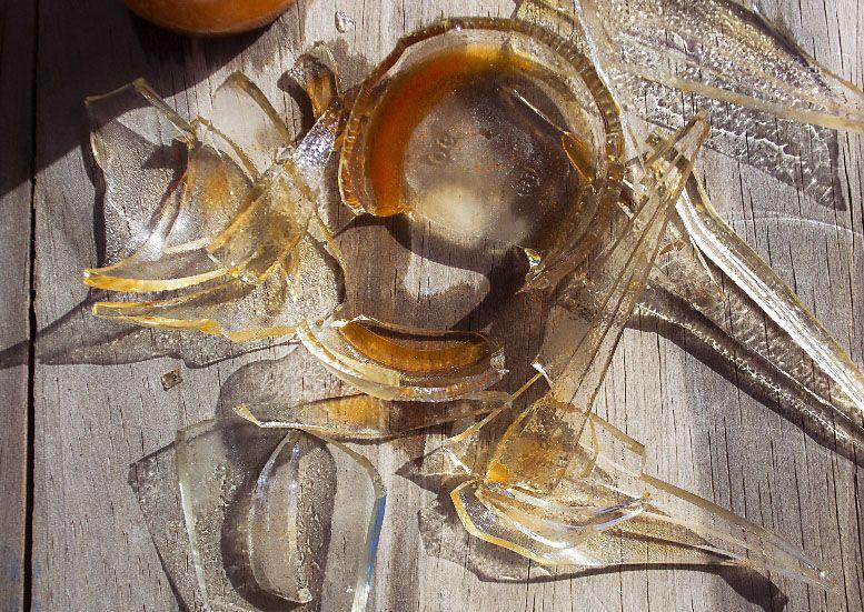 vidrios rotos sobre madera con tono rojizo el futuro de la fotografía